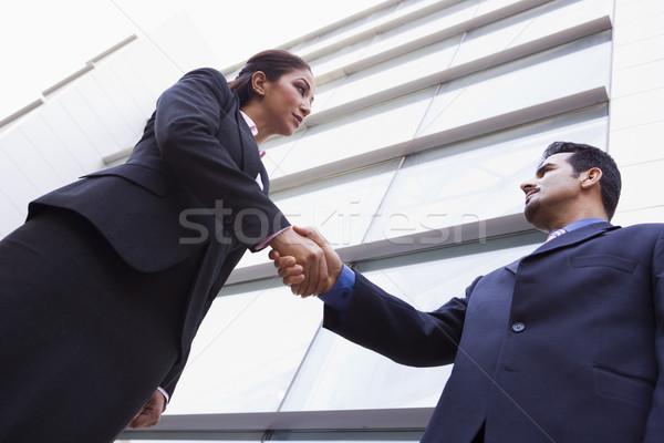 Foto stock: Dos · empresarios · apretón · de · manos · fuera · edificio · de · oficinas · gente · de · negocios