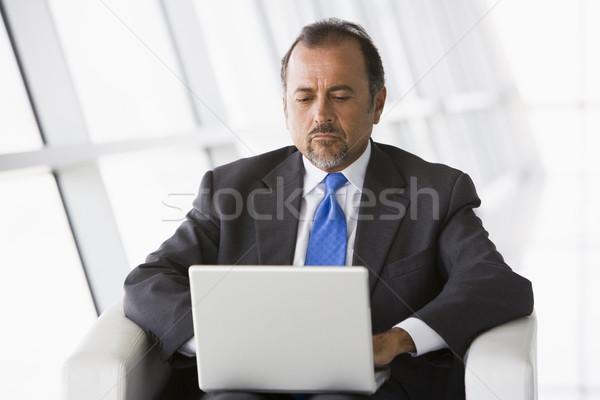 Zdjęcia stock: Biznesmen · pracy · laptop · lobby · biuro · budynku