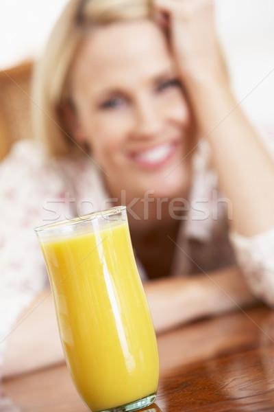 Foto stock: Adulto · mulher · olhando · vidro · fresco · suco · de · laranja