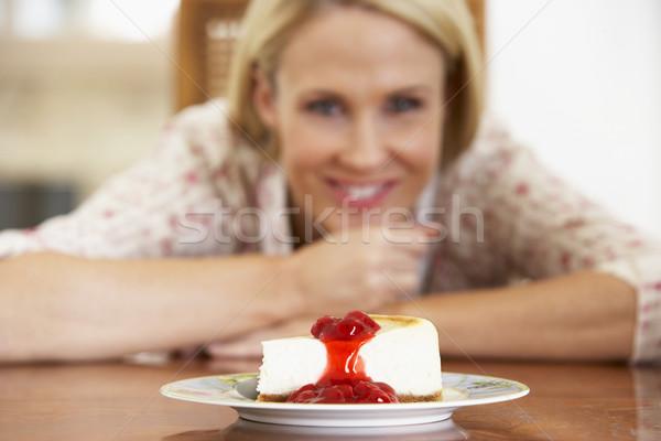 Foto stock: Adulto · mulher · olhando · bolo · de · queijo · comida · feliz