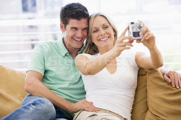 Coppia soggiorno fotocamera digitale sorridere donna felice Foto d'archivio © monkey_business