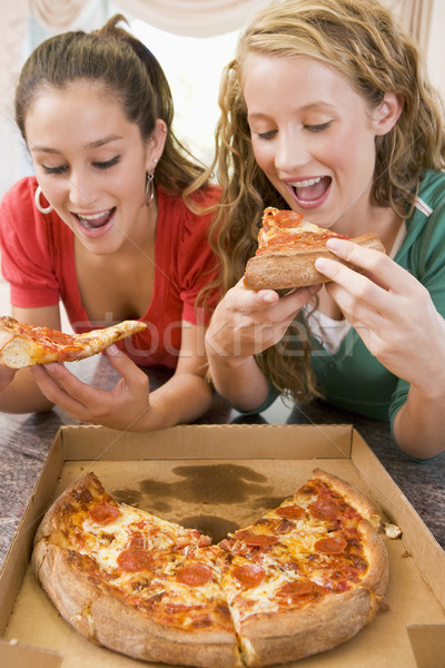 Adolescentes manger pizza heureux cuisine amis Photo stock © monkey_business