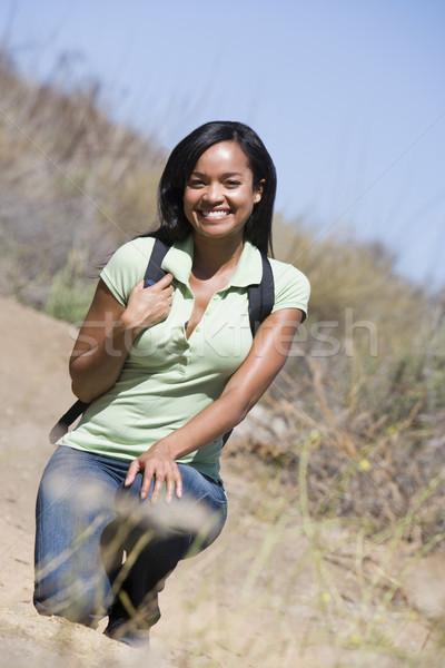 Vrouw hurken strand pad glimlachende vrouw glimlachend Stockfoto © monkey_business