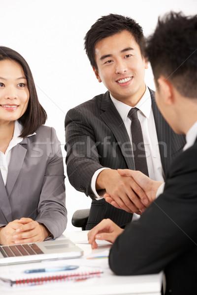 Foto stock: Dos · chino · empresarios · apretón · de · manos · cumplir