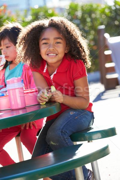 Elementare seduta tavola mangiare pranzo ragazza Foto d'archivio © monkey_business