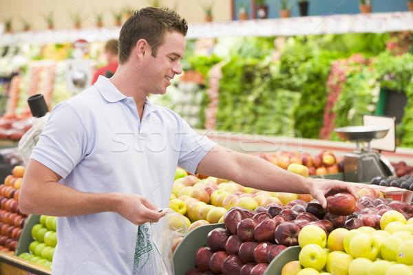 Uomo shopping produrre sezione alimentare felice Foto d'archivio © monkey_business