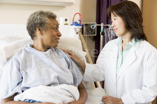 Stockfoto: Arts · praten · senior · vrouw · vrouwen · medische