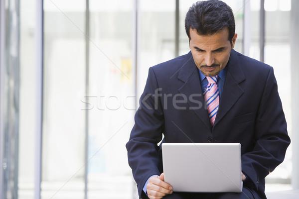 Сток-фото: бизнесмен · используя · ноутбук · за · пределами · служба · человека · город