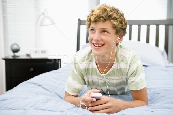 Bed luisteren mp3-speler muziek gelukkig Stockfoto © monkey_business