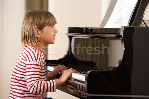 Genç kız oynama kuyruklu piyano ev kız eller Stok fotoğraf © monkey_business