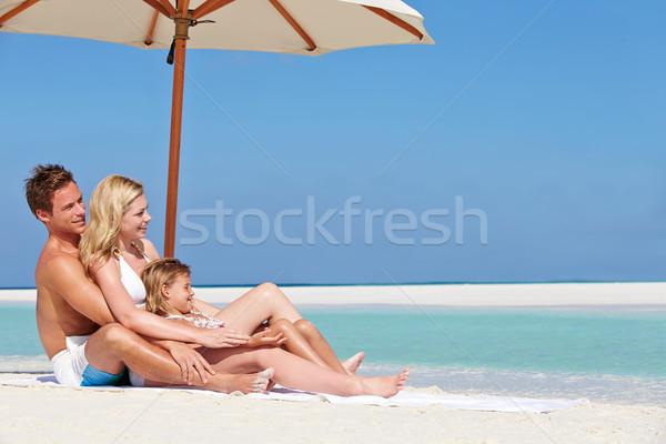 Család ül esernyő tengerparti nyaralás nő lány Stock fotó © monkey_business