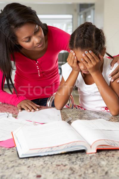 Moeder helpen dochter huiswerk keuken familie Stockfoto © monkey_business