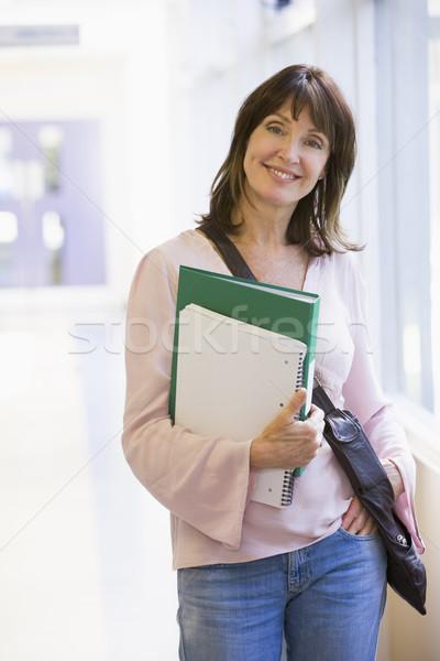 Photo stock: Femme · sac · à · dos · permanent · campus · couloir · livre