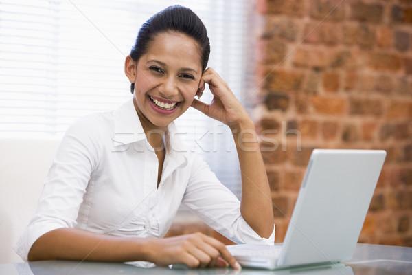 Foto stock: Mujer · de · negocios · oficina · portátil · riendo · negocios · ordenador