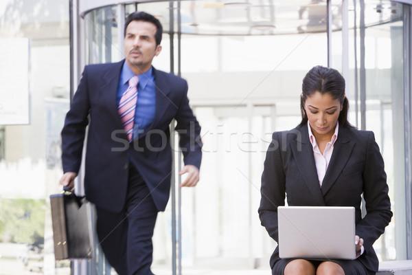 Сток-фото: деловая · женщина · рабочих · ноутбука · за · пределами · офисное · здание · компьютер