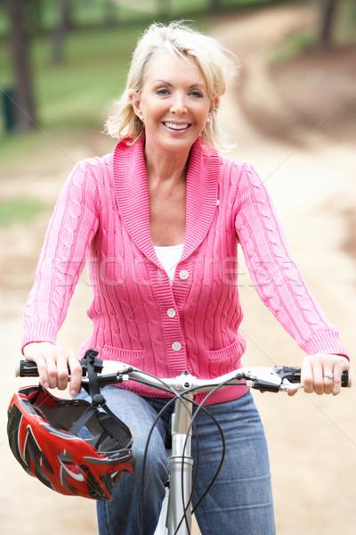 Foto stock: Senior · mulher · equitação · bicicleta · parque · feliz