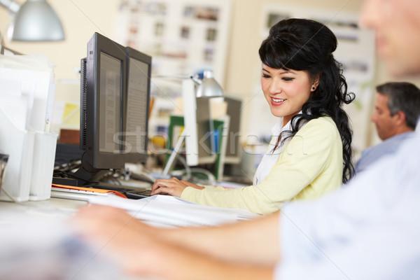 Mujer de trabajo escritorio ocupado creativa oficina Foto stock © monkey_business