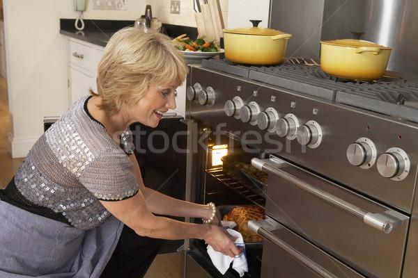 Сток-фото: женщину · продовольствие · из · печи · счастливым