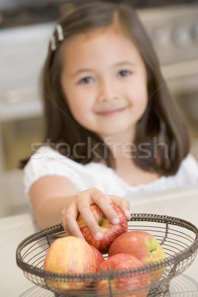 Jovem cozinha maçã contrariar sorridente Foto stock © monkey_business