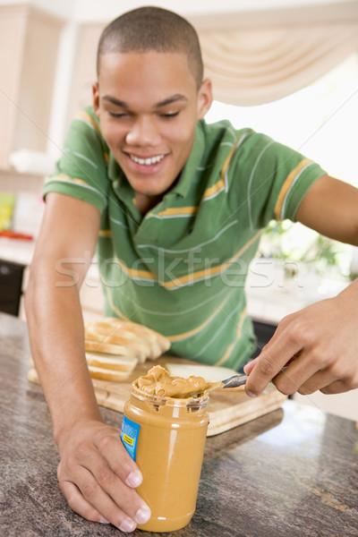 Foto d'archivio: Adolescente · maschio · burro · di · arachidi · sandwich · home
