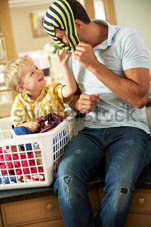 Foto d'archivio: Figlio · di · padre · lavanderia · seduta · contatore · di · cucina · famiglia · felice