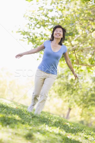 Foto d'archivio: Donna · piedi · esterna · donna · sorridente · sorridere · felice