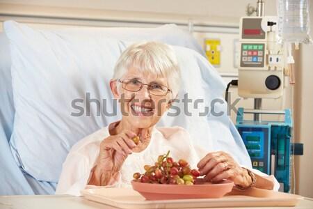 Foto d'archivio: Senior · uomo · mangiare · ospedale · alimentare · letto