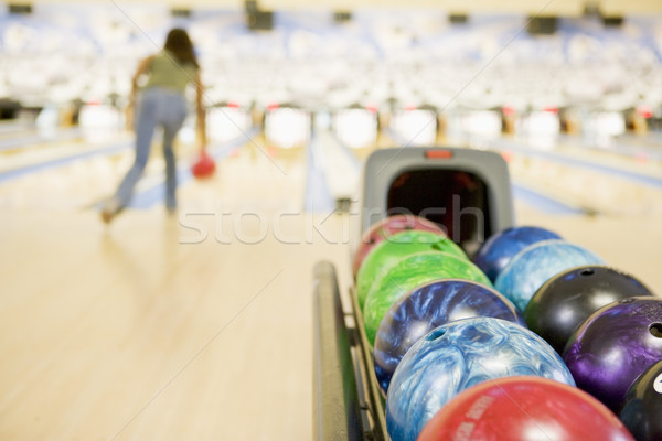 Boule de bowling machine femme bowling sport groupe Photo stock © monkey_business