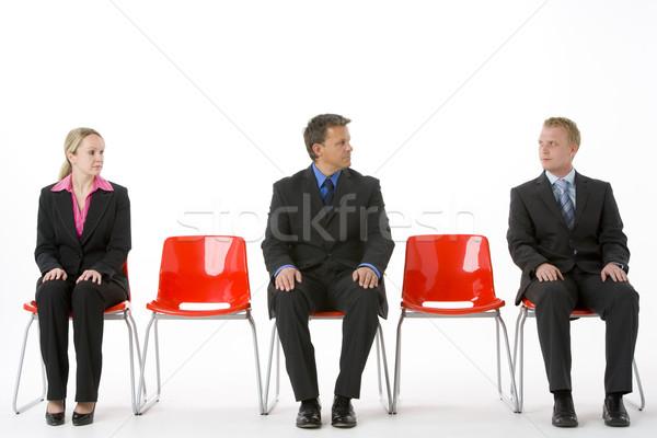 Foto d'archivio: Tre · uomini · d'affari · seduta · rosso · plastica · business