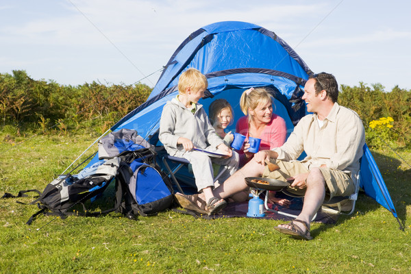 Famille camping tente cuisson alimentaire heureux Photo stock © monkey_business