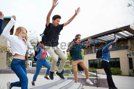 Foto stock: Adolescentes · jogar · voleibol · esportes · verão · estudantes