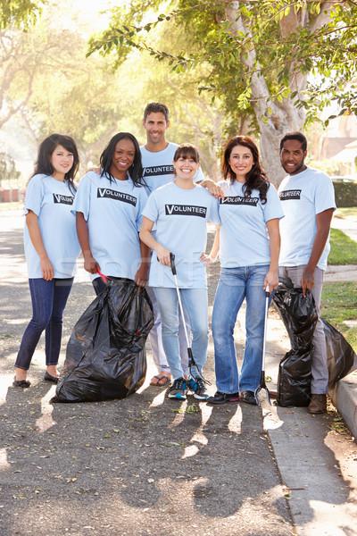 Equipo voluntarios hasta suburbano calle Foto stock © monkey_business