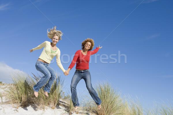 Deux Homme amis plage jeunes femmes Photo stock © monkey_business