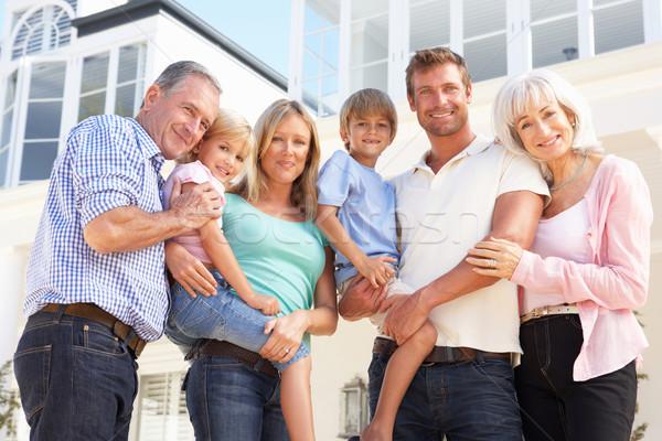 Uitgebreide familie buiten moderne huis vrouw familie Stockfoto © monkey_business
