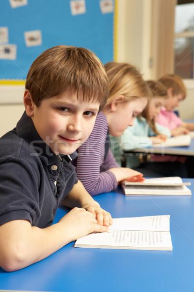 Foto stock: Estudante · leitura · livro · sala · de · aula · feliz · criança