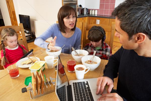 Familia comer desayuno junto cocina Foto stock © monkey_business
