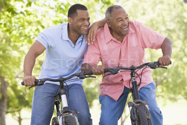 Foto stock: Dos · hombres · bicicletas · aire · libre · sonriendo · mujer · feliz