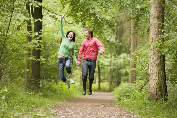 Foto d'archivio: Coppia · jumping · percorso · holding · hands · sorridere · uomo