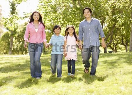 Foto stock: Jóvenes · familia · aire · libre · caminando · parque · sonrisa