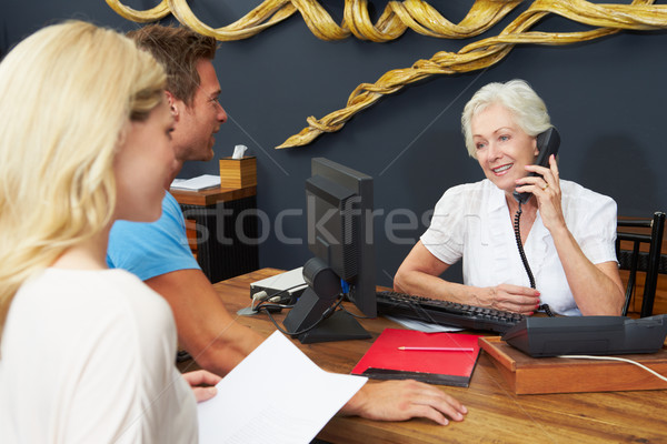 Hotel recepcionista ayudar Pareja comprobar oficina Foto stock © monkey_business