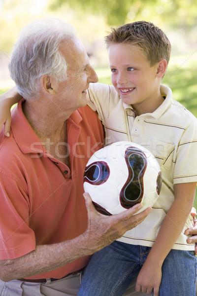 Foto stock: Avô · neto · ao · ar · livre · bola · sorridente · família
