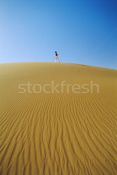 Mujer caminando desierto duna arena patrón Foto stock © monkey_business