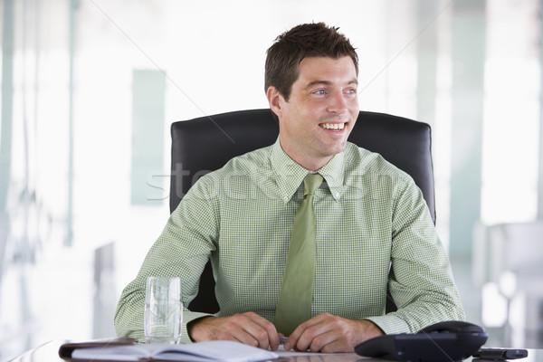 Empresario sesión oficina personal organizador sonriendo Foto stock © monkey_business