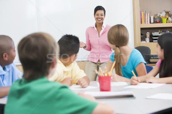 ストックフォト: 小学校 · 教室 · 教師 · 立って · ボード · 女性