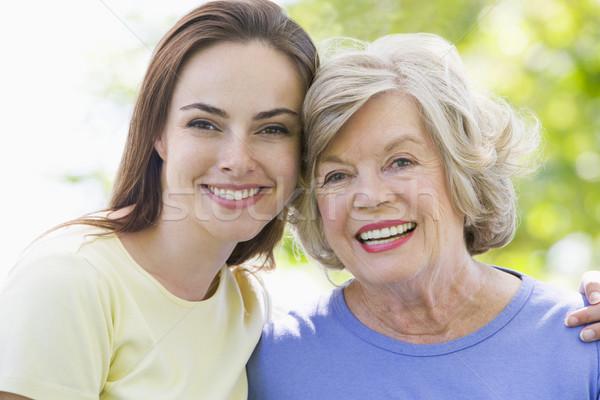 ストックフォト: 二人の女性 · 屋外 · 笑みを浮かべて · 愛 · 子