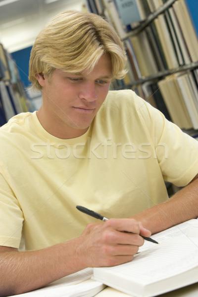 Stock foto: Arbeiten · Bibliothek · männlich · Studenten · Bericht