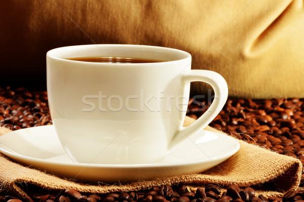 Blanco taza granos de café café mesa Servicio Foto stock © monticelllo
