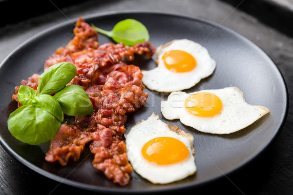 Domuz pastırması yumurta fesleğen yumurta yağ jambon Stok fotoğraf © Moradoheath