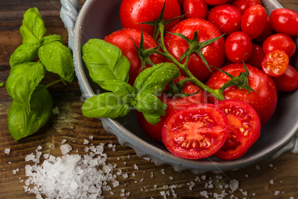 Fraîches tomates bol basilic sel studio Photo stock © Moradoheath