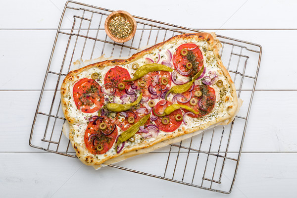 Picante pepperoni aceitunas tomates pizza comer Foto stock © Moradoheath